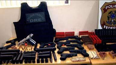 Polícia Federal apreende arsenal de armas escondido em caminhão na região de Toledo - Foram apreendidas 30 pistolas de diversos calibres e muita munição.