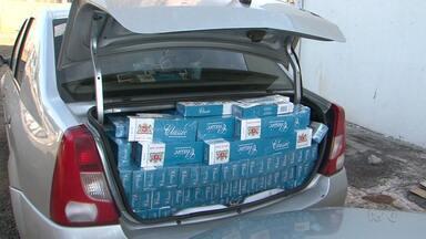 Polícia apreende mais de mil pacotes de cigarro contrabandeado em Pitanga - A apreensão foi na PR 487. As carteiras de cigarro, o motorista e o carro foram levados pra Polícia Federal em Guarapuava.