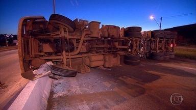 Carreta carregada de minério tomba no Anel Rodoviário de Belo Horizonte - O acidente aconteceu durante a madrugada, na altura do bairro Carlos Prates, e provocou reflexos no trânsito nesta manhã. A carga chegou a se espalhar pela pista.