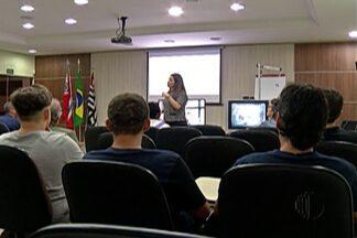 Comerciantes recebem treinamento sobre desligamento do sinal analógico - Ação foi realizada na Associação Comercial de Suzano, com apoio da TV Diário e do Senai da cidade.