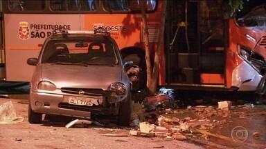 Homem é atropelado por ônibus e morre em SP - Ele estava na calçada e não conseguiu escapar. Uma testemunha contou que o motorista do ônibus estava em alta velocidade, atravessou o farol vermelho e foi atingido na traseira por um micro-ônibus.
