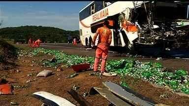 Casal de idosos morre e 28 pessoas ficam feridas em acidente na BR-153, em Morrinhos - Ônibus interestadual transportava 32 pessoas de São Paulo para Goiânia.