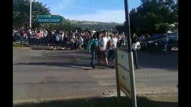 Grevistas impedem alunos de entrar em escola - Estudantes foram impedidos de entrar na escola por professores.