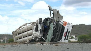 Motorista morre após perder controle de carreta na BR 230 - A carreta estava carregada de gás natural veicular e uma das preocupações foi o vazamento deste gás na estrada.