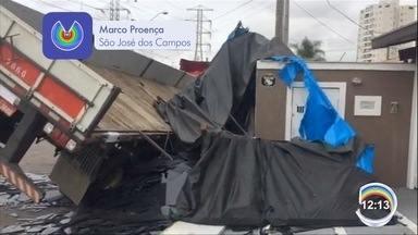 Carga de caminhão tombou sobre muro de uma casa em São José - Veículo estava carregado com carga de vidro.