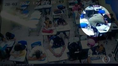 Bandidos fazem arrastão em escola da região metropolitana de Goiânia - Um vídeo mostra os alunos sendo revistados pelos assaltantes em Abadia de Goiás. Dois homens encapuzados obrigaram os estudantes a ficar de cabeça baixa. Os ladrões levaram objetos de valor de mais de 20 alunos e professores.