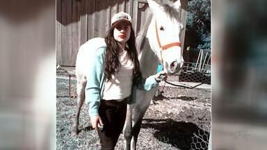 """Menina guarapuavana perde companheiro de provas de laço - Recentemente, o cavalo """"Trovão"""", que era companheiro de competições, acabou morrendo."""