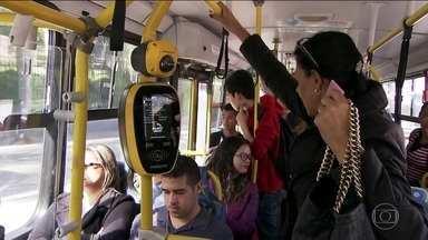 Ônibus sem cobrador começam a circular na capital - Cinco ônibus estão circulando sem o cobrador em fase de testes. A novidade dividiu opiniões.