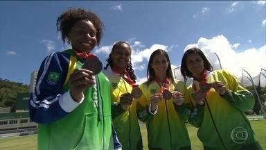 Equipe do revezamento feminino recebe medalha de bronze da Olimpíada de Pequim - A atletas russas, que venceram a prova na China, foram acusadas de doping e perderam a medalha.