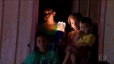 Voluntários levam luz a lugares sem energia elétrica no Norte e Nordeste - A partir de uma ideia simples, eles adaptaram garrafas PET em canos PVC, que receberam lâmpadas LED e baterias e se transformaram em lampiões.