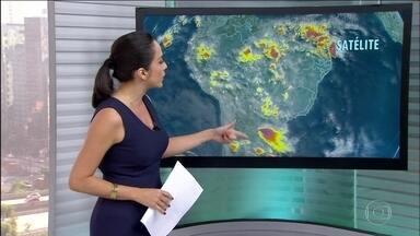 Tem alerta de temporais para a região Sul - Satélites mostram chance de granizo e raios, além de rajas de vento. Também tem previsão de chuva em Mato Grosso do Sul, no norte do Nordeste e parte do Pará e Amapá. O tempo fica firme entre Roraima e o noroeste do Amazonas.