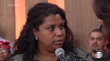 Confrontos fecham três escolas por dia no Rio de Janeiro - Na plateia, Viviane relembra episódio de violência que viveu na escola durante a adolescência