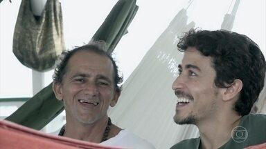 Jesuíta Barbosa conhece projeto solidário a famílias ribeirinhas - O ator viaja até Santarém, no Pará, para conhecer um projeto que leva saúde, educação e muita alegria para comunidades ribeirinhas