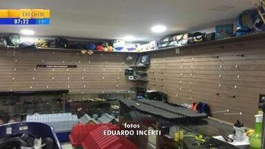Grupo rouba mais de 60 equipamentos semelhantes a armas de fogo em loja no RS, diz dono - Crime ocorreu em Caxias do Sul. Foram levadas mais de 60 armas de airsoft e carabinas de pressão, que disparam tiros não letais e são semelhantes a armas de fogo.