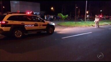 Dois homens morrem atropelados por caminhonete em avenida de Votuporanga - Dois homens morreram atropelados por uma caminhonete na avenida Emílio Arroyo Hernandes, no bairro Pozzobon, em Votuporanga (SP), na madrugada de domingo (9). Segundo a polícia, o motorista fugiu sem prestar socorro às vítimas, mas se entregou à Polícia Civil de Jales (SP) horas mais tarde.