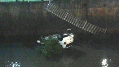 Carro cai dentro de rio após motorista perder controle da direção em Rio Preto - Um homem de 51 anos morreu após sofrer um acidente na rodovia Leonidas Pacheco Ferreira, em Novo Horizonte (SP), na noite de sábado (8). De acordo com informações da Polícia Rodoviária Estadual, ele era passageiro de um caminhão carregado com silo que tombou na pista. Segundo a polícia, o motorista perdeu o controle da direção ao tentar fazer uma curva e o caminhão virou.