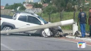 Motorista tenta desviar de cachorro e bate em poste - Acidente foi em São José.