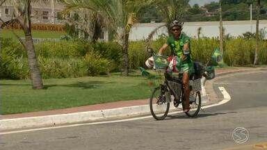 Em busca de novo recorde, ciclista amazonense passa pela região com destino ao Rio - Objetivo dele é bater marca de pedalar por todas as capitais brasileiras, em menos tempo; ele já percorreu 15 mil quilômetros em 153 dias.