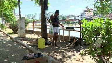 Moradores de rua na avenida Beira Rio chamam a atenção, em Cachoeiro de Itapemirim - Prefeitura disse que já ofereceu abrigo e alimentação, mas moradores não teriam aceitado.