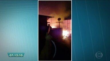 Incêndio destrói casas de comunidade na Vila Prudente - A suspeita é de que o incêndio tenha começado depois de um curto-circuito na rede elétrica. Mesmo com o fogo controlado, faíscas estouravam na fiação. Os moradores da Vila Prudente, na Zona Leste, se assustaram com o fogo alto.
