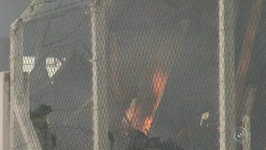 Incêndio em ferro velho mobiliza bombeiros em Várzea Paulista - O incêndio em um ferro velho mobilizou equipes do Corpo de Bombeiros na região do bairro Maria de Fátima, em Várzea Paulista (SP). De acordo com os bombeiros da cidade, o trabalho de contenção das chamas começou na tarde desta segunda-feira (10) e durou cerca de duas horas e meia.