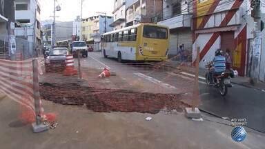 Cratera dificulta o trânsito na Avenida Lima e Silva, na região da Liberdade - Confira no Radar do JM.