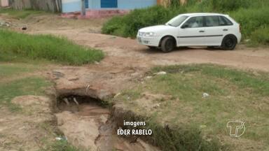 Precárias situações de ruas têm prejudicado condutores de veículos em Santarém - O improviso dos moradores é o que tem amenizado a situação.