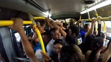 Passageiros enfrantam ônibus lotados nos terminais de Goiânia - Muitos usuários precisam encarar o empurra-empurra para entrar dentro dos veículos.