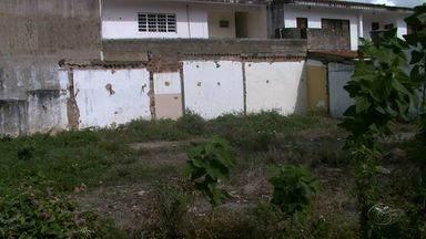 Terreno abandonado causa transtornos aos moradores da Jatiúca - Local se tornou reservatório do mosquito Aedes aegypti.