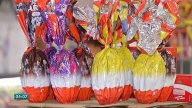 Em MS, venda de barras de chocolate para produção de ovos está em alta - Muita gente decidiu produzir os próprios ovos de chocolate para gastar menos dinheiro.