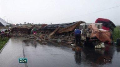 Motorista perde controle e caminhão tomba na PE-62 - Acidente ocorreu no município de Goiana.