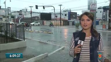 Chuvas também deixam ruas alagadas em Campina Grande - Apesar de ser um sinônimo de felicidade, a chuva também deixa os campinenses preocupados com os alagamentos e buracos encobertos.