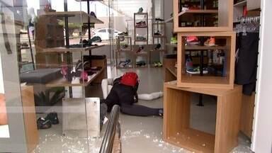 Loja de produtos esportivos é alvo de furto em Campo Grande - Porta de vidro foi quebrada. Calçados e roupas foram levados.