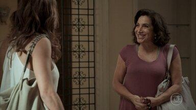 Heleninha percebe que Bibi não sabe que imóvel é de Caio - Aurora não contou para a filha qual a verdadeira identidade de seu amigo