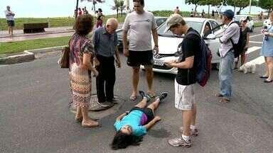 Jovem é atropelada na faixa de pedestres em Vila Velha, ES - Atropelamento aconteceu na Praia da Costa, na manhã deste sábado (15). Ela teve ferimentos leves, já está em casa e passa bem.
