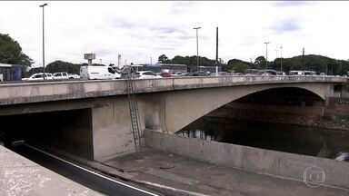 Mudança em nome de ponte gera polêmica - Uma lei aprovada pelos vereadores da capital muda o nome da Ponte das Bandeiras. A partir de agora, ela se chama Ponte das Bandeiras Senador Romeu Tuma. Uma homenagem que está gerando polêmica.