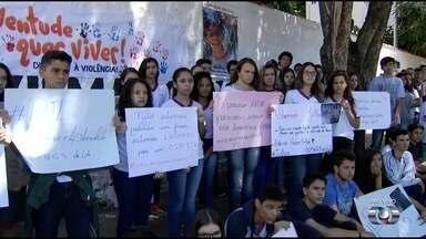 Colegas de adolescente morto dentro de casa protestam em Goiânia - PMs estão presos suspeitos de atirar contra Roberto da Silva e o pai dele, que sobreviveu. Militares alegam legítima defesa.