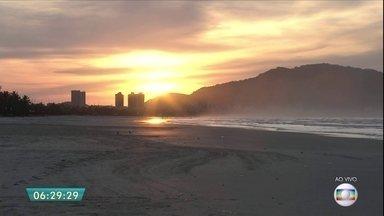 Guarujá tem apelido carinhoso de 'pérola do Atlântico' - O Guarujá tem ao todo 28 km de praia. Uma das mais procuradas é a Enseada. A praia do Tombo tem a certificação da bandeira azul, que atesta que a praia é limpa.
