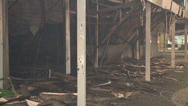 Coordenador da Defesa Civíl fala sobre incêndio em centro comercial de Guarapari, no ES - Romildo Skalzer informou que ainda há focos de incêndio e risco de desabamento das paredes. Enquanto a situação estiver desse jeito, os bombeiros não podem começar a perícia.