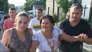 Roubo de celular termina em morte trágica em Nova Iguaçu - Wendell Vasconcellos, de 21 anos, foi assassinado com um tiro na cabeça. Ele, o pai e o irmão de 14 anos tentaram recuperar celular roubado. Bandido conhecia a vítima.