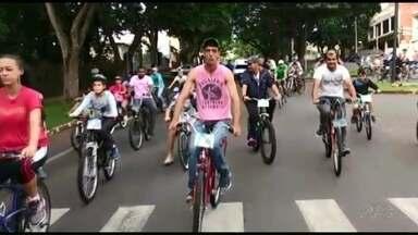 Moradores de Umuarama acordam cedo pra participar de passeio ciclístico - O passeio foi pelas principais ruas e avenidas do centro da cidade.