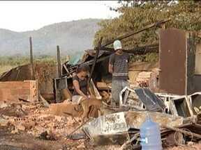 Moradores vivem em em barracas improvisadas após incêndio em Montes Claros - Incêndio destruiu três casas na noite do dia 19; moradores não estavam no local, mas disseram que alguns patos e uma cachorra com filhotes morreram.