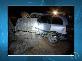 Motorista morre ao bater em mureta de concreto na MG-308, em Glaucilândia - Há suspeita de que a roda traseira do carro tenha se soltado antes do choque; em outro acidente, condutor inabilitado e com sinais de embriaguez capota veículo.