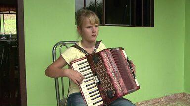 Menina do interior do PR aprende a tocar gaita e compõe música própria, mesmo sem enxergar - A encantadora Gislaine tem paixão por música e foi incentivada pela família de Reserva a aprender o instrumento