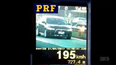 Polícia Rodoviária Federal flagra motoristas bem acima da velocidade máxima permitida - Em Ponta Grossa, duas motos foram flagradas na BR-376; em São José dos Pinhais, foi um carro.