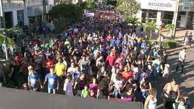 Marcha pra Jesus reúne milhares de fiéis em Paranavaí - Mais de 3 mil pessoas participaram da terceira edição do evento no feriado de Tiradentes.