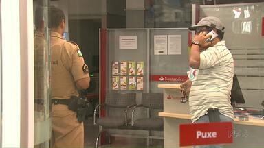 Bandidos roubam um banco em Maringá e durante a ação levam a arma de um policial - Os bandidos ainda não foram encontrados de acordo com a polícia
