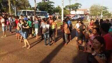 Moradores da região sul de Palmas protestam contra falta de ônibus durante o feriado - Moradores da região sul de Palmas protestam contra falta de ônibus durante o feriado