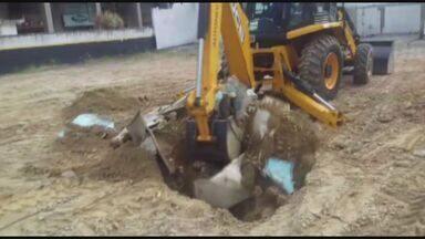 Homem é multado após usar buraco para descartar pneus e entulhos em Santos - Morador terá 30 dias para descartar material de forma legal e oito dias para apresentar plano à prefeitura.