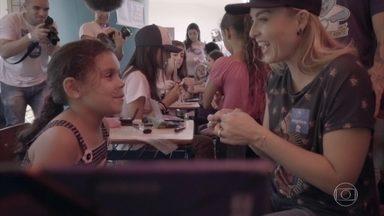 Angélica brinca com as crianças em trabalho voluntário - Apresentadora conversa com voluntários e crianças do projeto 'Hamburgada do Bem' em São Paulo
